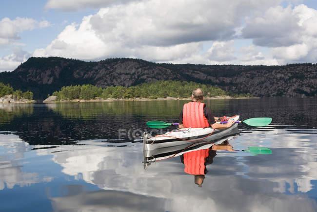 Uomo kayak sul lago calmo — Foto stock