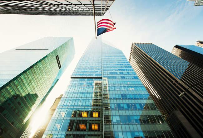 Drapeau américain accroché au gratte-ciel — Photo de stock