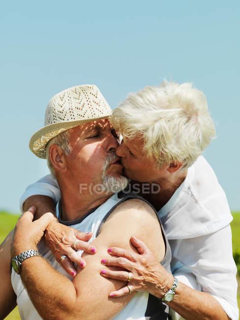 Ältere Pärchen küssen sich im Freien — Stockfoto