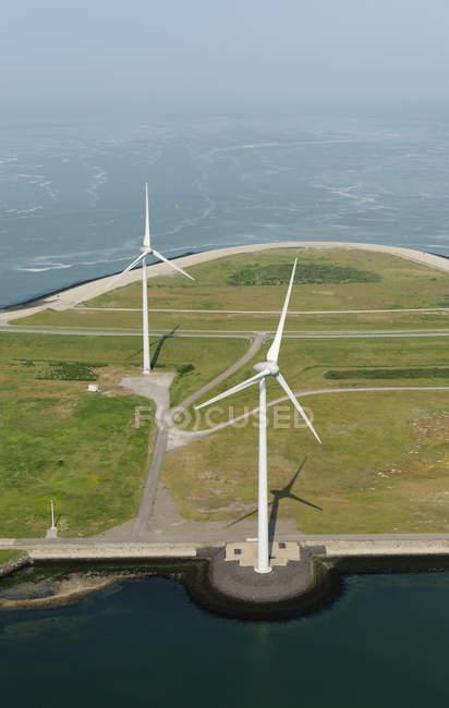 Foto aérea de duas turbinas de vento montado em Oosterschelde barreira de inundação, Vrouwenpolder, Zeeland, Holanda — Fotografia de Stock