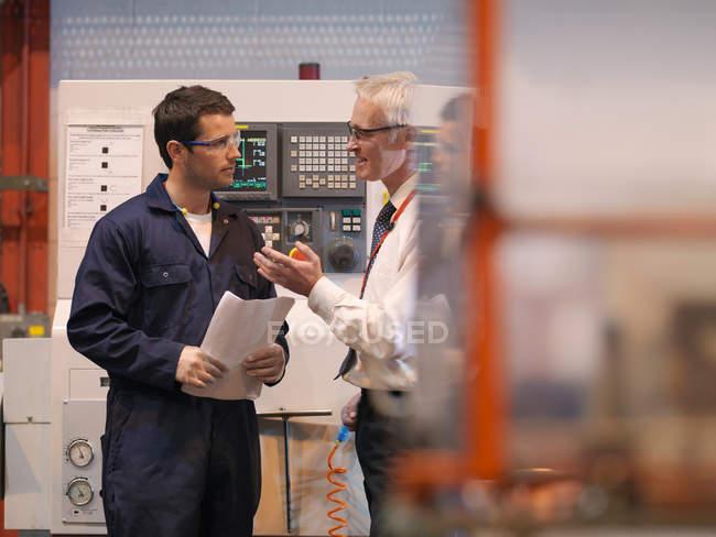 Ingénieurs devant la machine — Photo de stock
