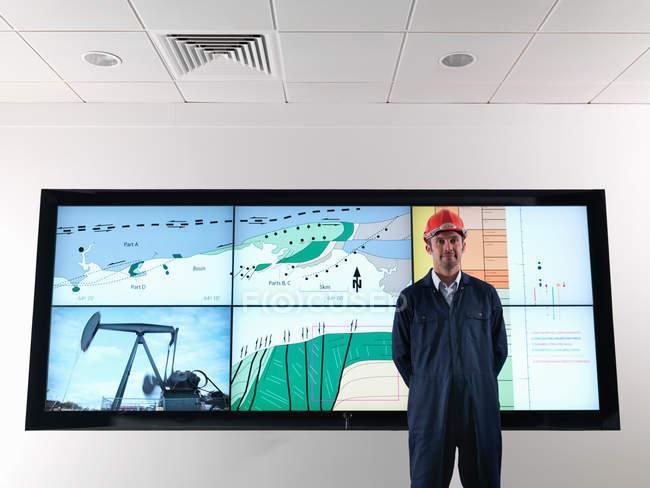 Працівник нафти з геологічним екраном — стокове фото
