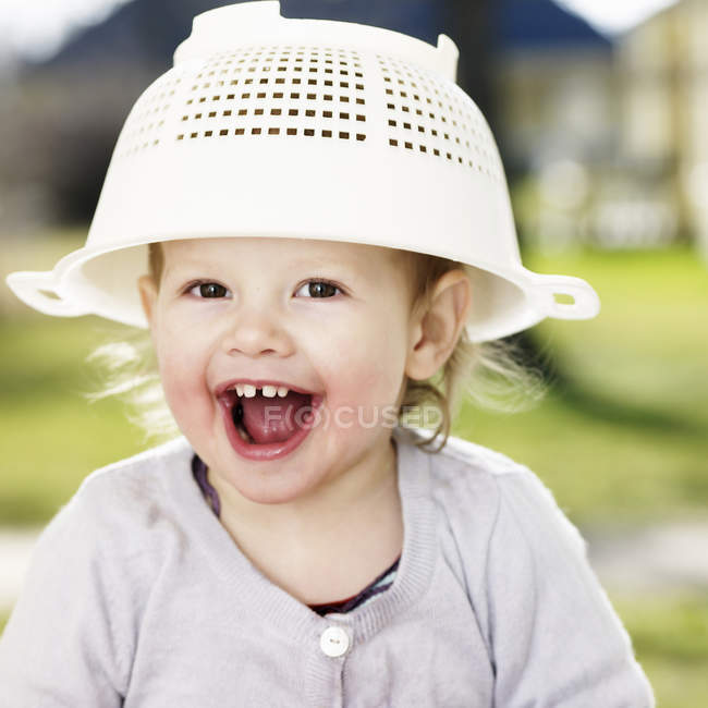 Menina da criança brincando com a peneira — Fotografia de Stock