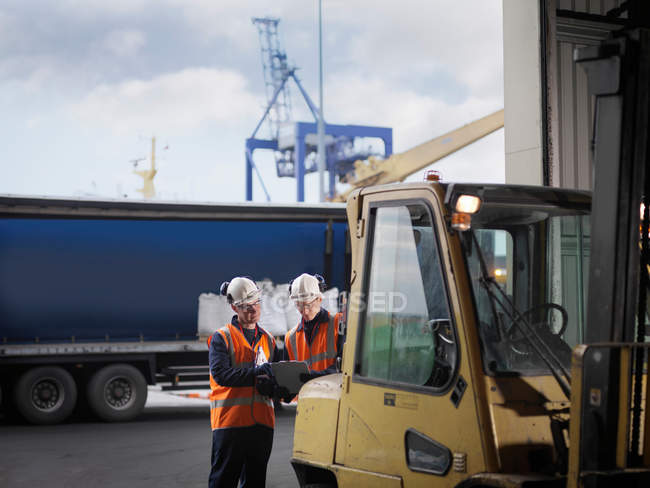 Port Workers With Forklift Truck — Stock Photo