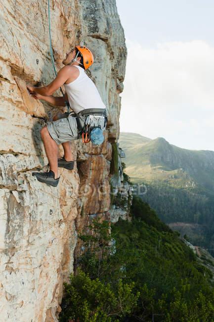 Escalador escalar rosto de rocha íngreme — Fotografia de Stock