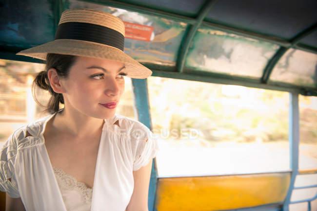 Женщина носит шляпу на рикше — стоковое фото