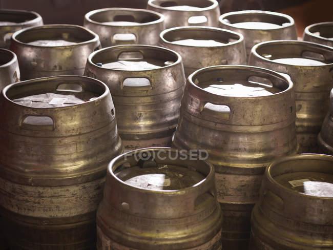 Barris de cerveja prata colocados na cervejaria — Fotografia de Stock