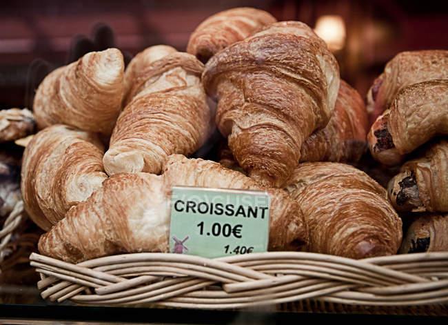 Croissants mit Preis zum Verkauf zu unterzeichnen, in der Bäckerei — Stockfoto