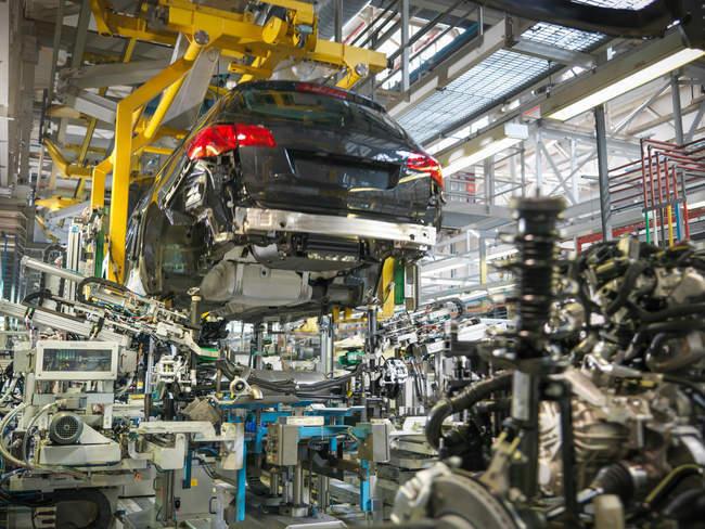 Corpo auto e motore di trasmissione matrimonio in fabbrica di auto — Foto stock