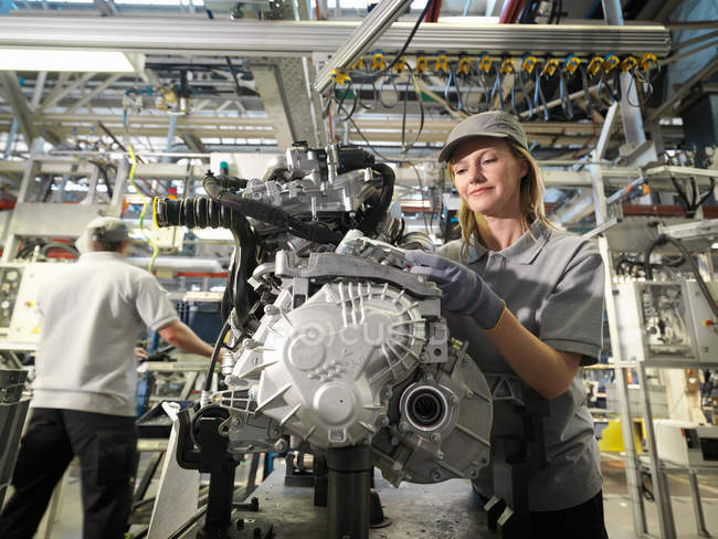 Lavoratori auto costruzione di parti di auto — Foto stock