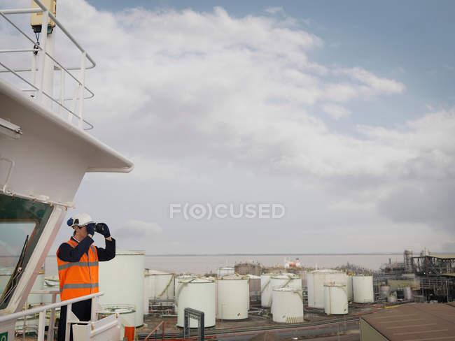 Портовый рабочий с биноклем на корабле — стоковое фото