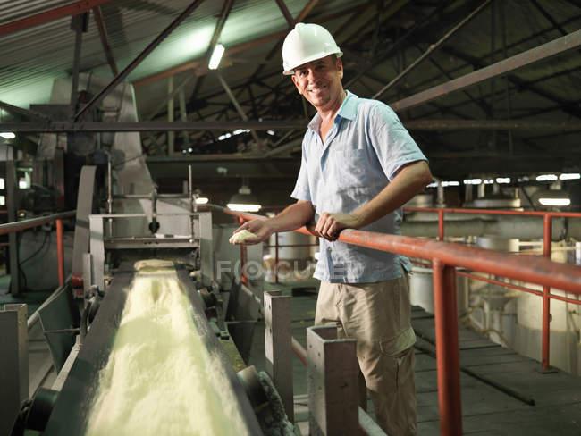 Supervisor com cana-de-açúcar processado — Fotografia de Stock