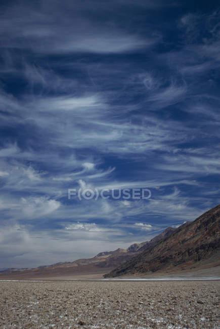 Felsige Landstraße unter bewölktem Himmel — Stockfoto