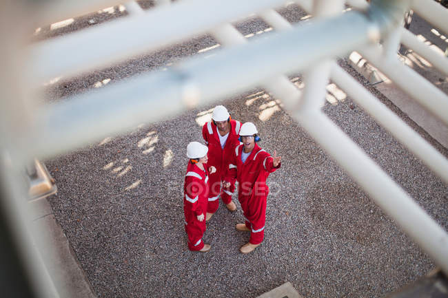Workers talking at oil refinery — Stock Photo