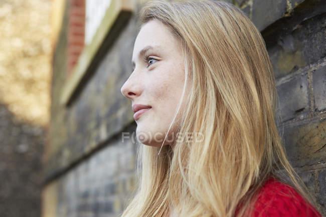 Портрет молодой женщины на улице, смотрящей в сторону — стоковое фото