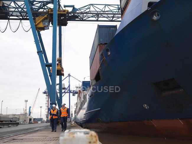 Lavoratori portuali a piedi accanto alla nave — Foto stock