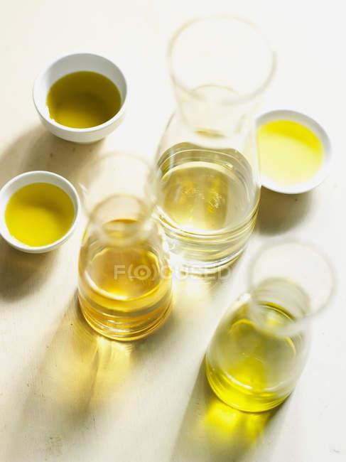Bouteilles et bols d'huile d'olive — Photo de stock