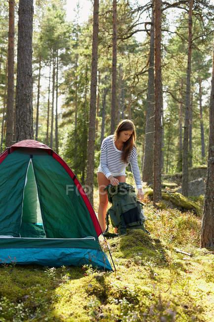 Femme installant le camping dans la forêt — Photo de stock