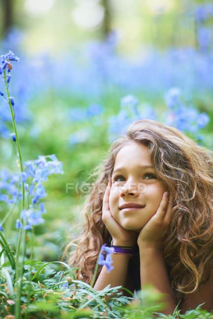 Дівчинка прокладки в області квітів — стокове фото