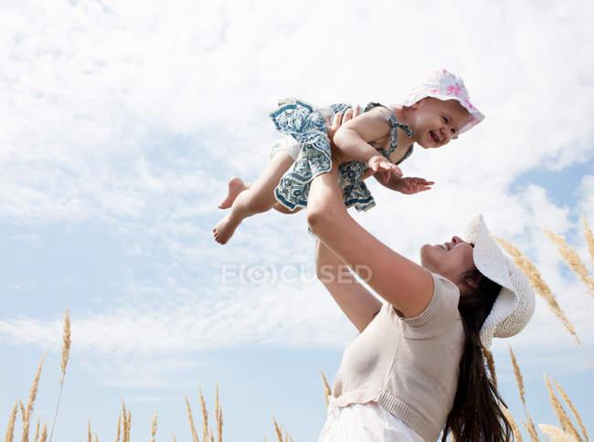 Donna che gioca con la figlia all'aperto — Foto stock