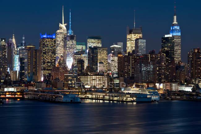 Vue sur Manhattan la nuit — Photo de stock