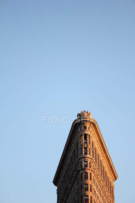 Vista dal basso del grattacielo urbano contro cielo blu — Foto stock
