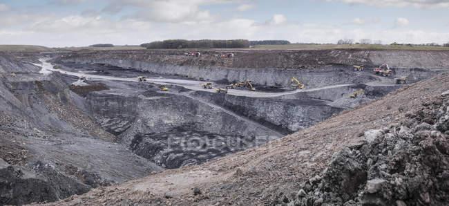 Excavation et géologie dans une mine de charbon à ciel ouvert — Photo de stock