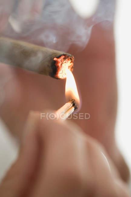 Nahaufnahme von Frau Beleuchtung Zigarette — Stockfoto