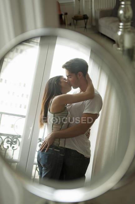 Casal beijando no espelho — Fotografia de Stock