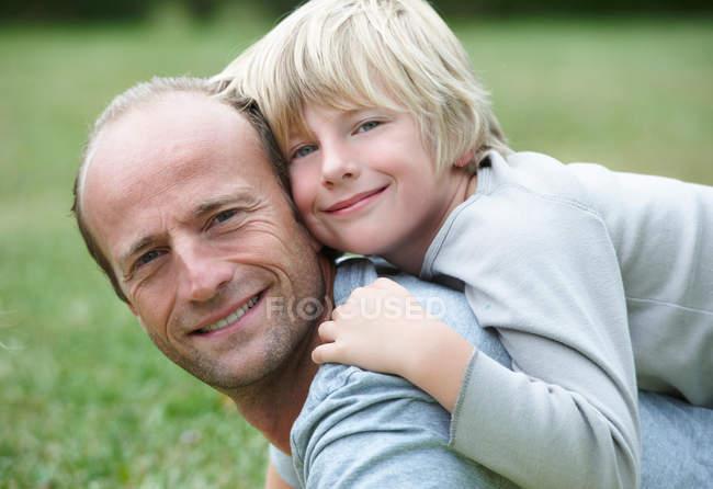 Père et fils souriants, se concentrer sur le premier plan — Photo de stock