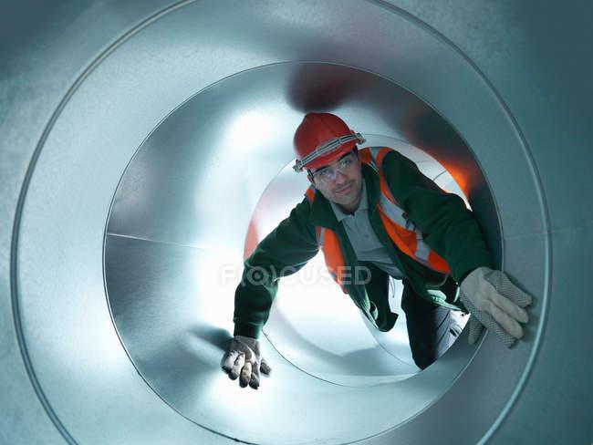 Портрет Workman з нержавіючої сталі повітряні труби будівельного майданчика — стокове фото