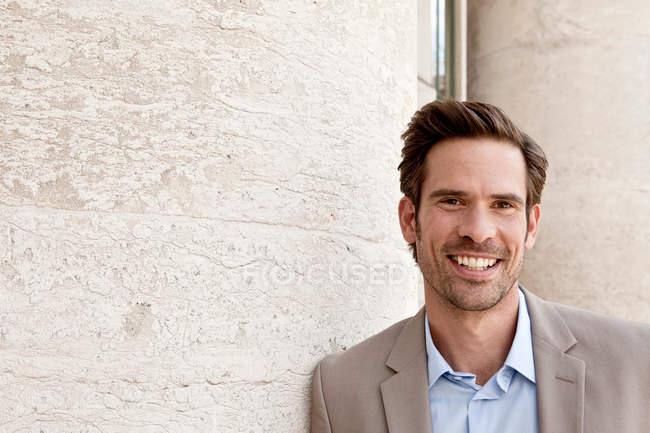 Portrait de l'homme souriant à l'extérieur — Photo de stock