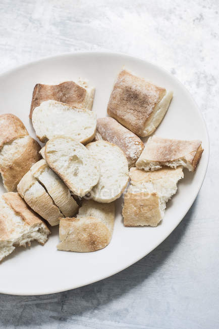 Ceramic dish filled with bread slices — Stock Photo