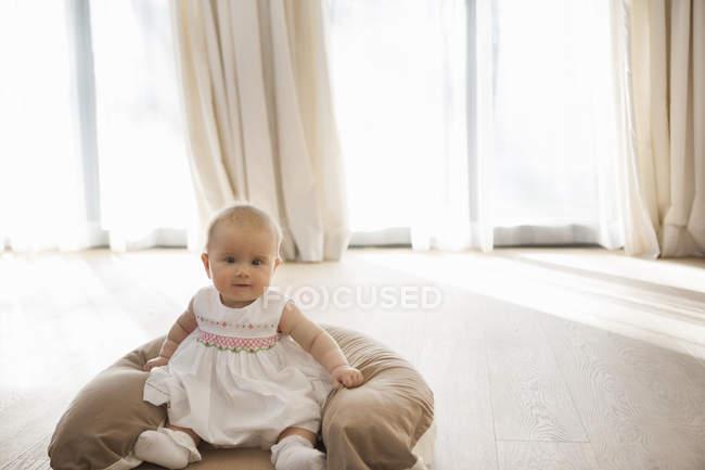 Догляд за дітьми на поверсі — стокове фото