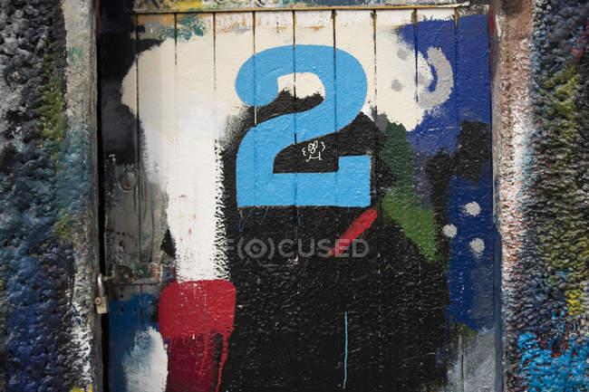 Номер 2 дверь и краска покрыты стены художники верфи — стоковое фото