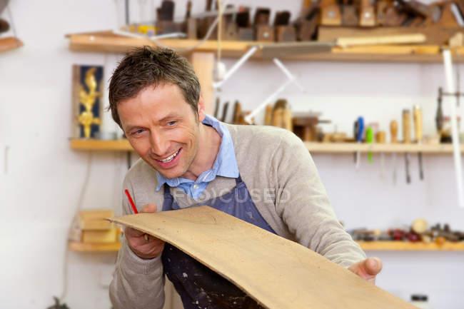Карпентер вивчення аркуша деревини — стокове фото