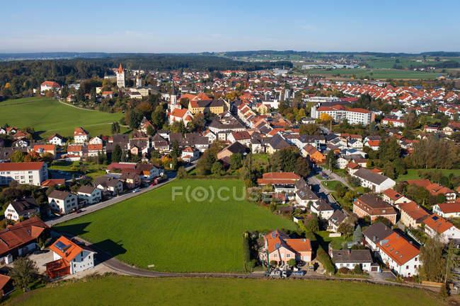 Vista aérea da aldeia telhados e campos verdes — Fotografia de Stock