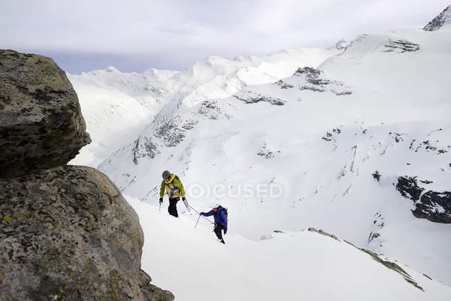 Mountaineers ascending snow-covered mountain, Saas Fee, Switzerland — Stock Photo