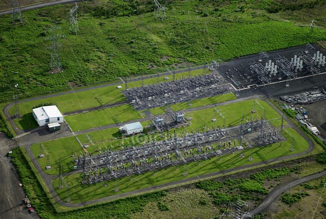 Vue aérienne du réseau électrique dans un écrin de verdure — Photo de stock