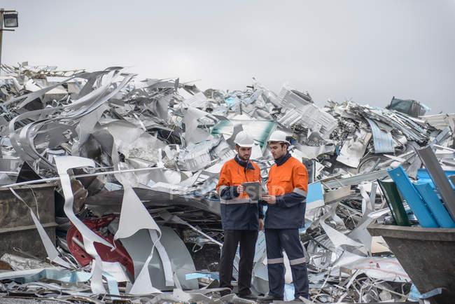 Рабочие проверяют металлолом на заводе по переработке алюминия — стоковое фото