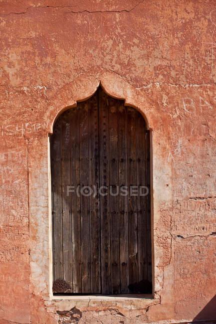 Багато прикрашений вікна в пісок стіни — стокове фото
