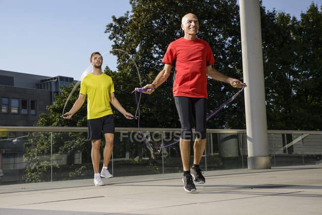 Двоє спортсменів-чоловіків навчання з пропускав мотузки — стокове фото