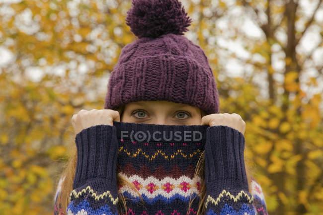 Крупным планом портрет молодой женщины в парке с перемычки, скрывая лицо — стоковое фото