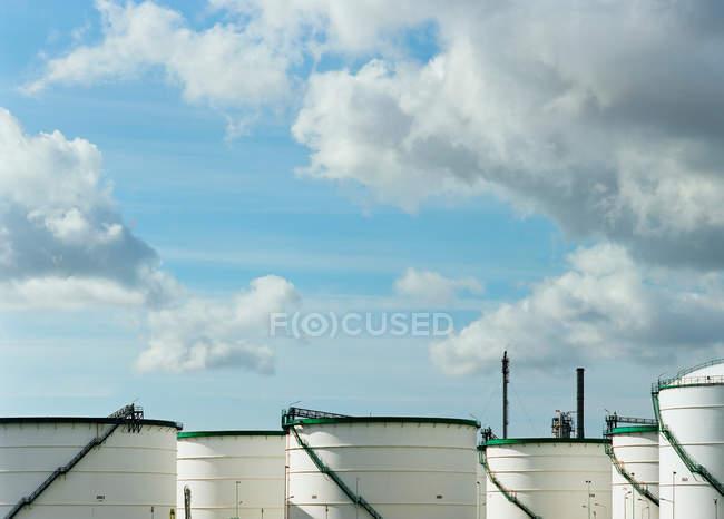 Silos à grains sous un ciel nuageux bleu — Photo de stock