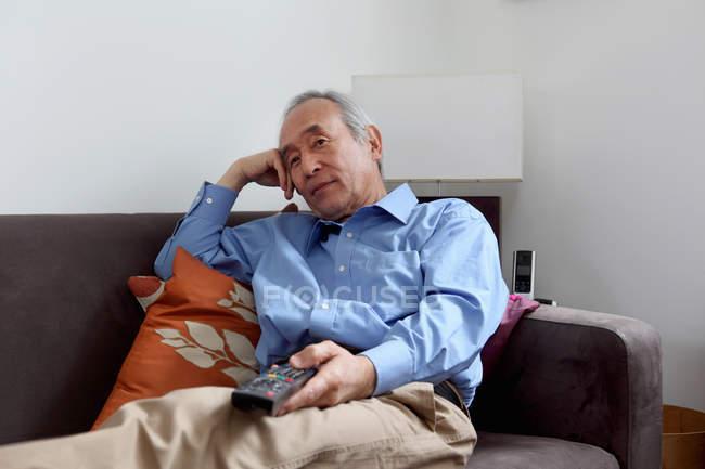Homme plus âgé, regarder la télévision — Photo de stock