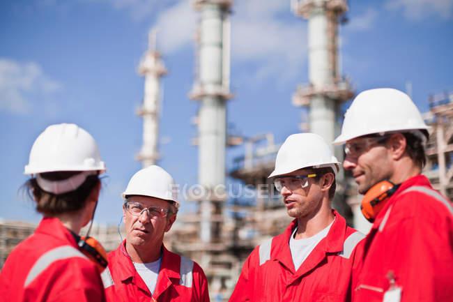 Travailleurs parlant à la raffinerie de pétrole — Photo de stock