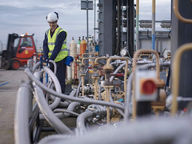 Port Worker Inspecting Pipe Work — Stock Photo