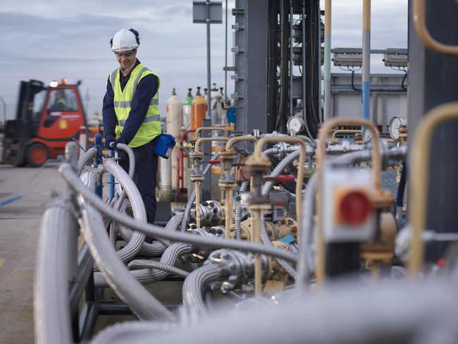 Инспекционные работы портовых рабочих — стоковое фото