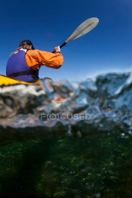 Женщина каяках рассматривать из-под воды — стоковое фото
