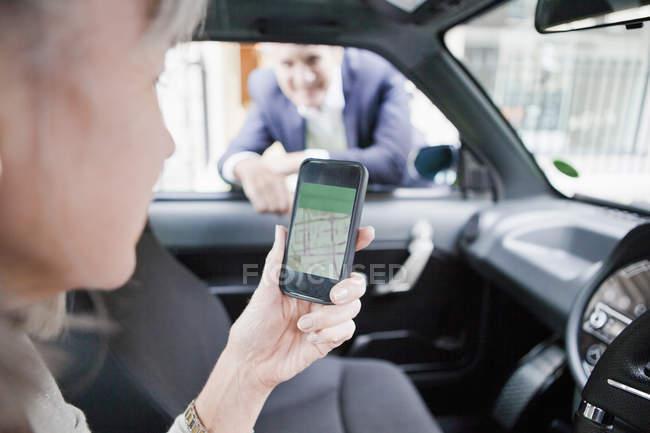 Женщина получать направления на мобильный телефон — стоковое фото